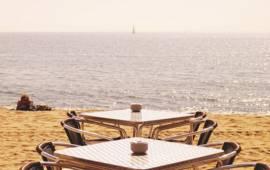 El Jutjat Contenciós Administratiu número 5 de Barcelona ha admès a tràmit la demanda interposada per l'Associació de Veïns del Baixador de Castelldefels denunciant la passivitat de l'Ajuntament a l'hora de posar fre a la contaminació acústica provocada pels establiments d'oci que se situen a la platja de la localitat. - Three Looks ]CC] flickr.com
