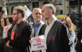 Integrants del Col·lectiu Ronda participen en la concentració d'advocats i advocades laboralistes davant la seu de la Magistratura del Treball a Barcelona en protesta per la Reforma Laboral.