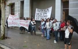 Les 23 treballadores de l'empresa tèxtil mataronina Prior Mode protagonitzen concentracions de protesta a les portes de la fàbrica després de perdre la seva feina d'un dia per l'altre.